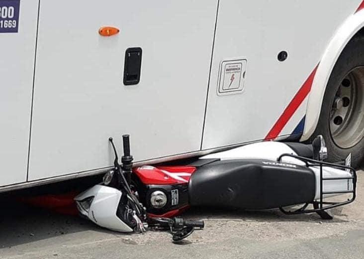 Moto quedó abajo de colectivo 01
